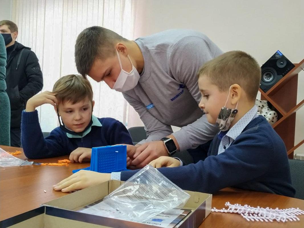 Активисты проекта «Волонтёр» передали 30 настольных игр в библиотеки Красного Яра и Большой Вергунки 2