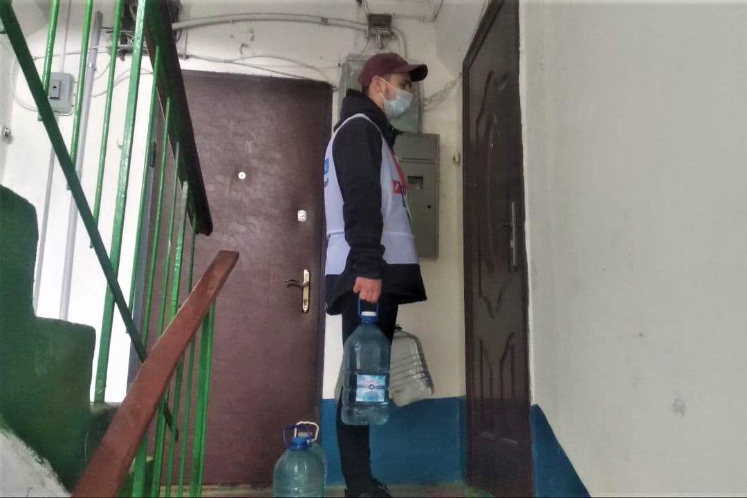 Волонтеры акции «Рука помощи» помогли трём жителям Стаханова