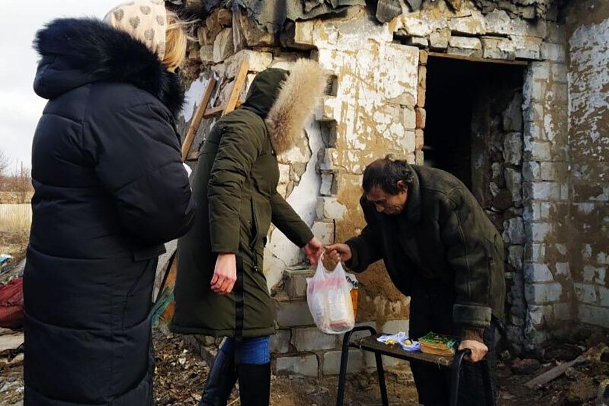 Активисты поселка Металлист провели акцию «Сделай чудо в Рождество!»