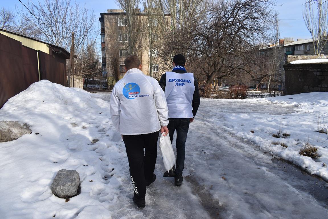 В Брянке волонтёры помогли двум жителям города