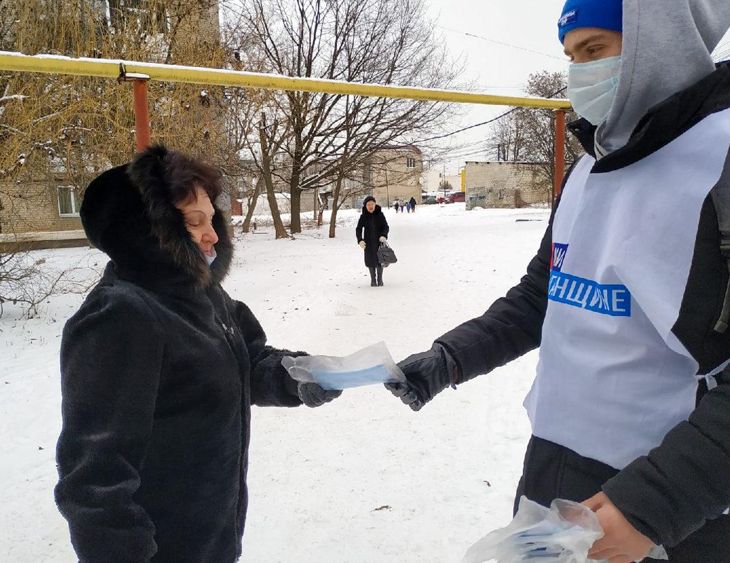 В Свердловске активисты раздали маски и памятки о профилактике короновирусной инфекции
