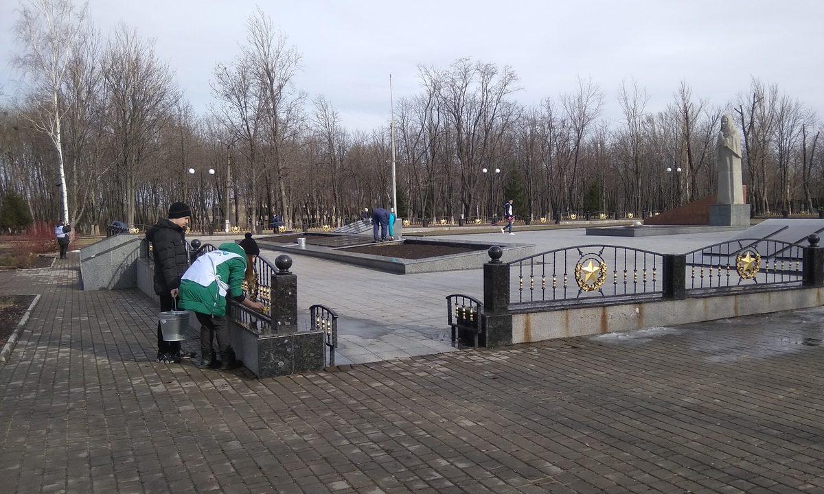 В Свердловске активисты проекта «Молодая Гвардия» провели субботник на Аллее славы.