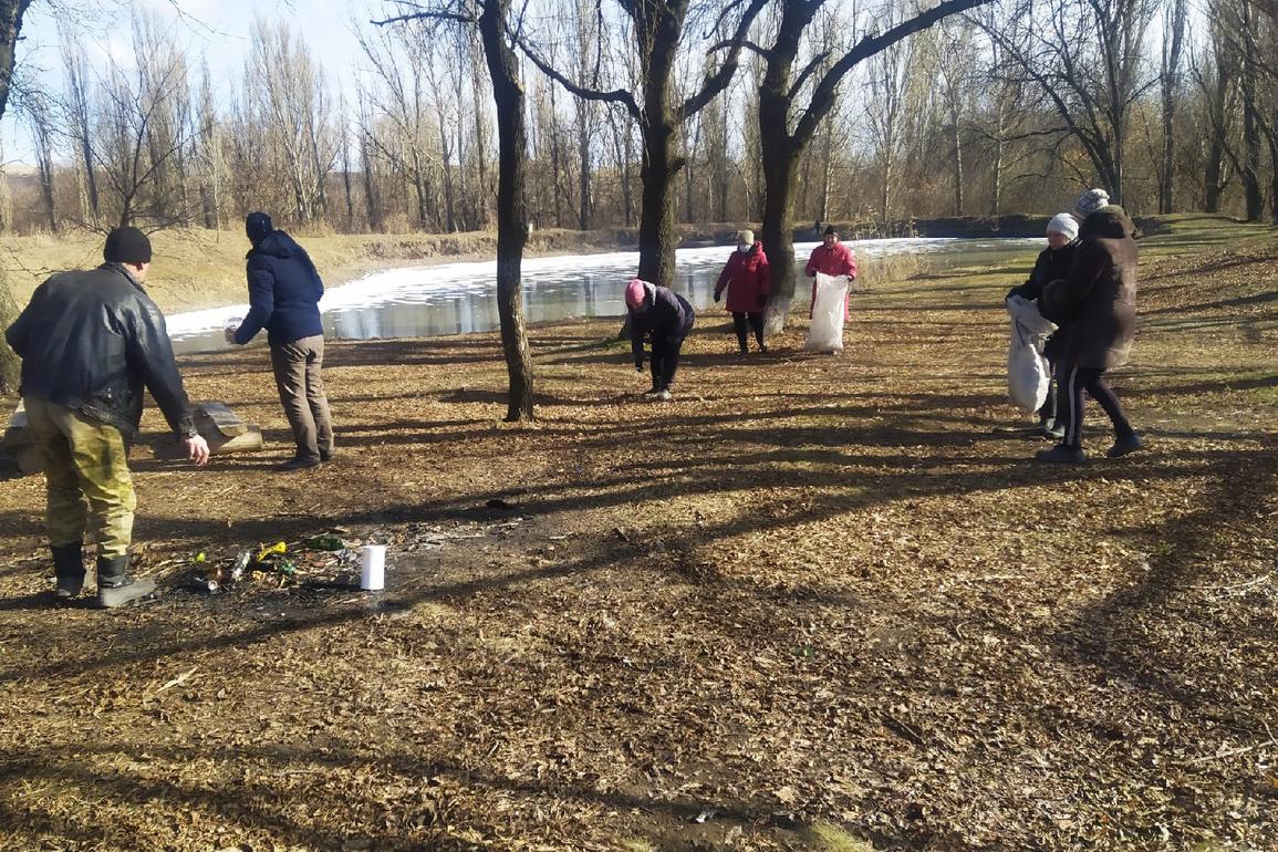 Лутугинские активисты провели субботник на прибрежной зоне пруда