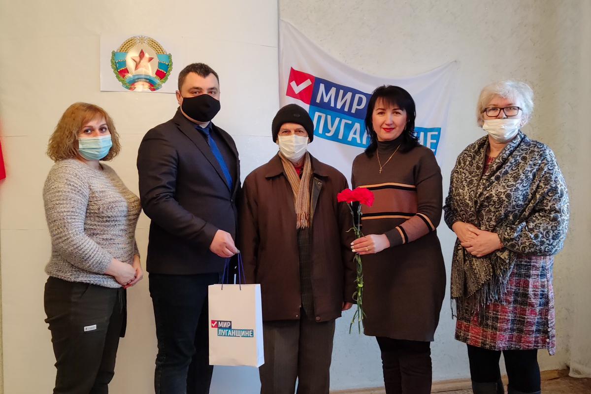 Активисты Красного Луча поздравили председателя Совета ветеранов шахты «Хрустальская»