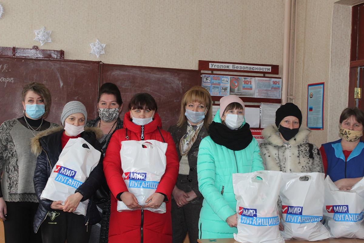 Продуктовые наборы от проекта «Волонтер» получили нуждающиеся жители Славяносербского района 2