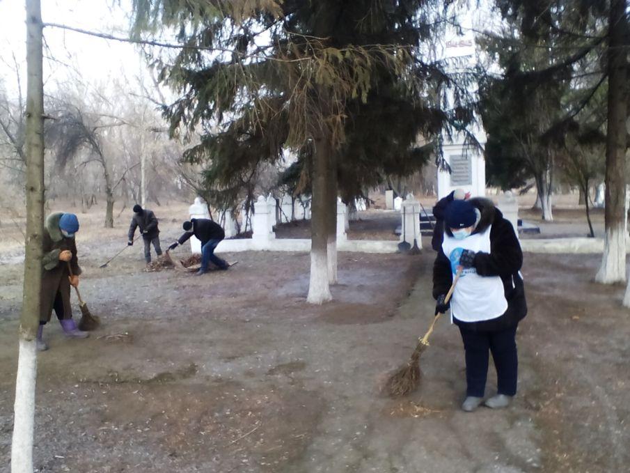 Штеровские активисты навели порядок возле памятного знака воинам-односельчанам