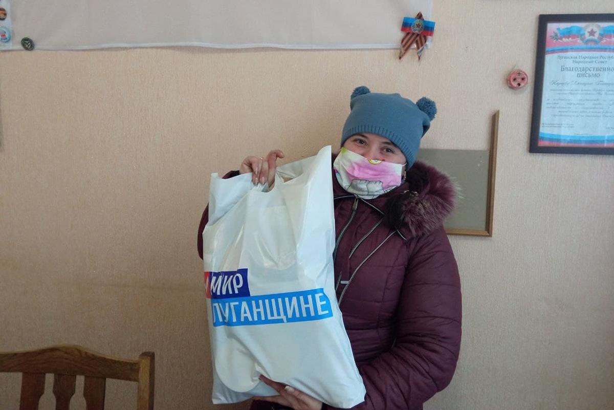 В Кировске коммунальщикам и активистам движения передали продуктовые наборы