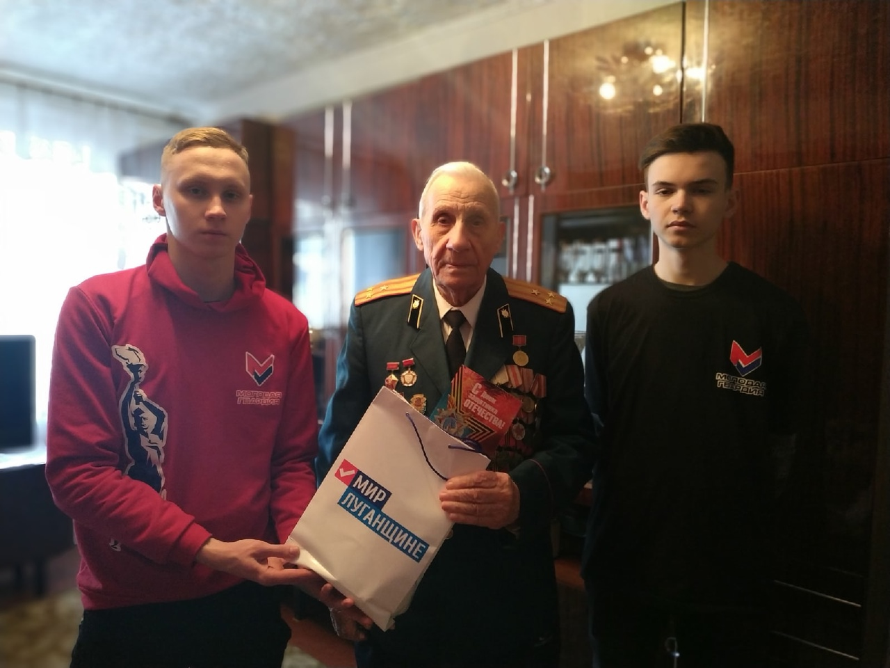 В Антраците молодёжные активисты посетили и поздравили ветерана
