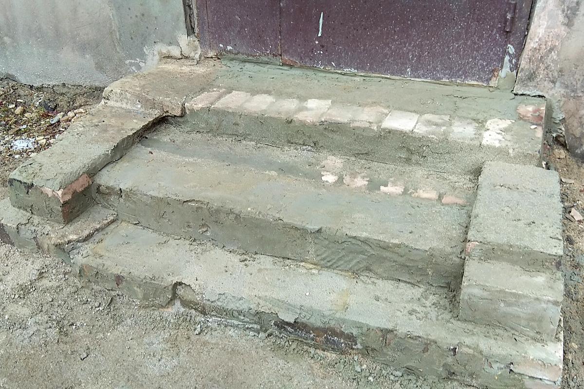 Роман Лысенко содействовал выполнению ремонта крыльца подъезда в Алчевске