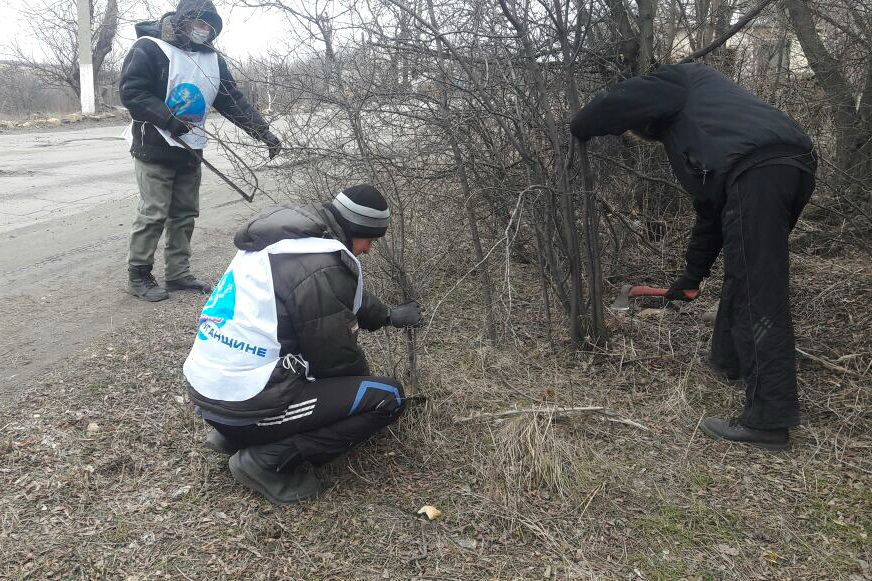 В посёлке Хрустальное Красного Луча активисты провели субботник