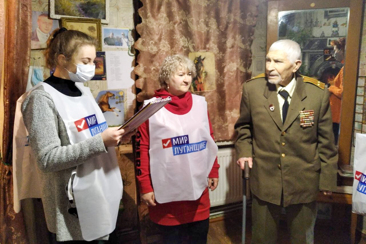 Краснодонские активисты поздравили ветерана с Днём защитника Отечества