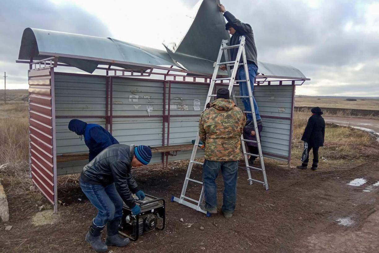 Активисты отремонтировали остановку в селе Красное