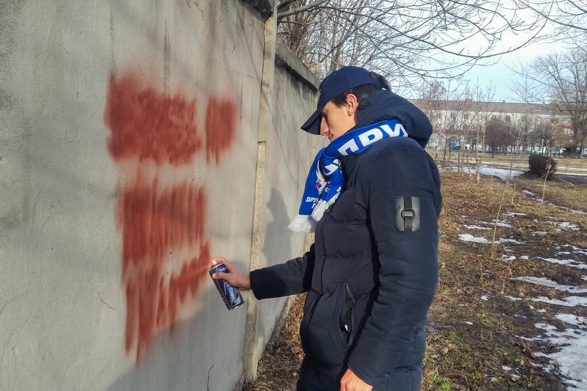 В рамках акции «Стоп наркотикам!» активисты закрасили надписи с адресами Telegram-каналов наркоторговцев в разных городах ЛНР