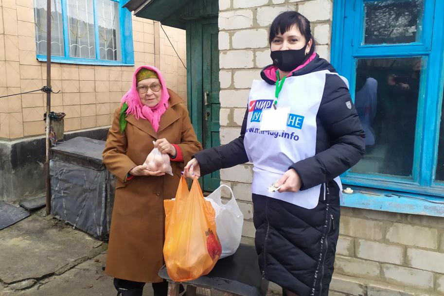 Краснодонские волонтёры помогли двум жителям города, которые находятся на самоизоляции