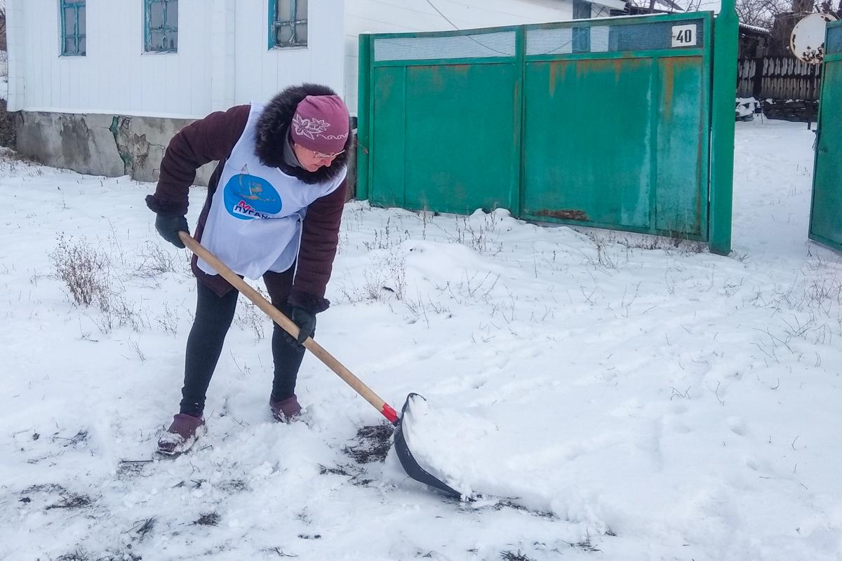 Активисты ОД «Мир Луганщине» из Перевальского района помогли пенсионерам