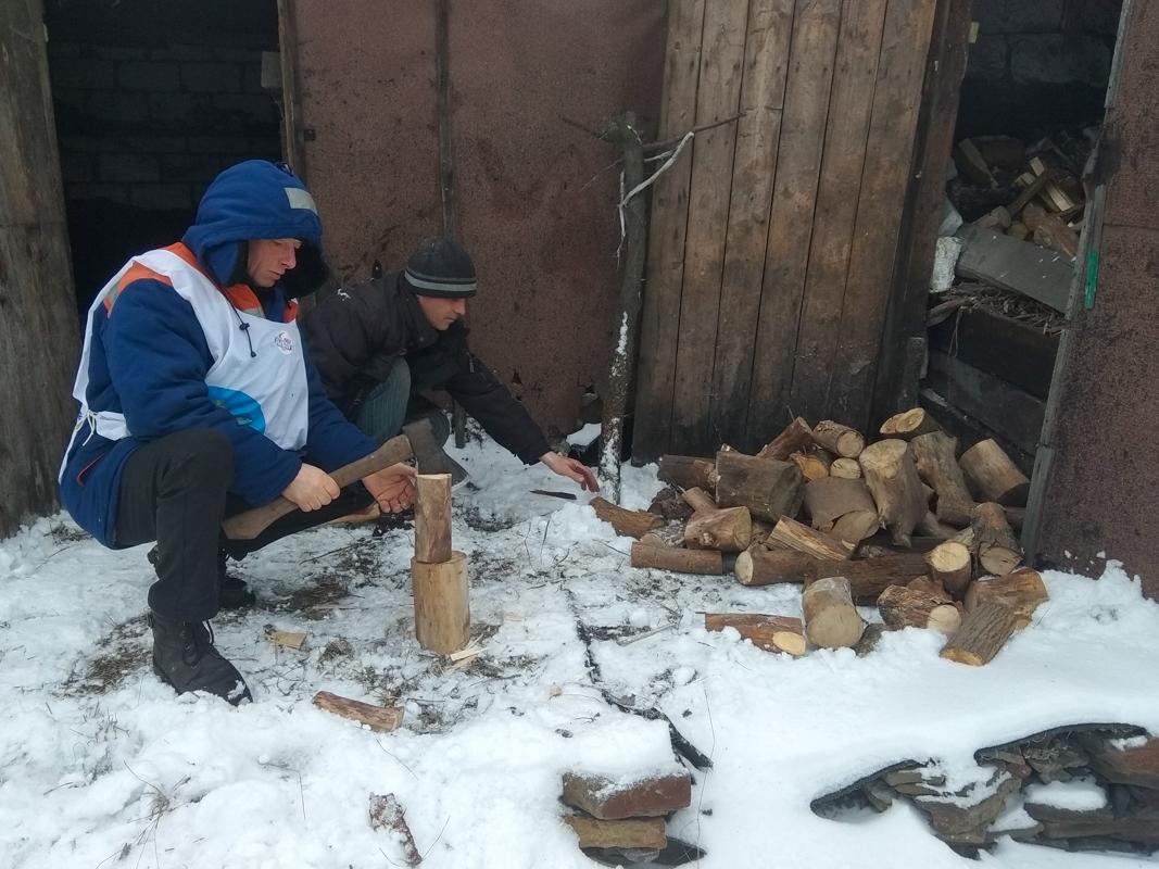 Активисты ОД «Мир Луганщине» из Перевальского района помогли пенсионерам 3