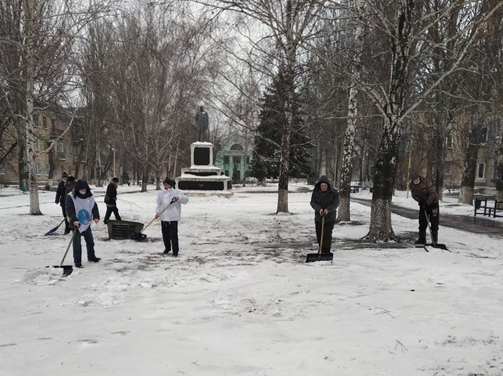Брянковские активисты провели субботник возле памятного знака «Павшим в боях за Родину»