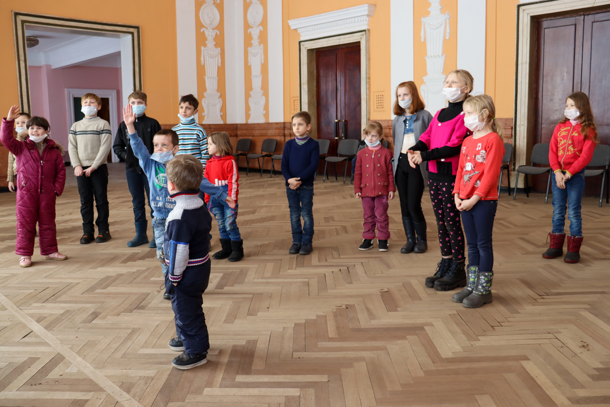 Активисты проекта «Волонтёр» провели развлекательную программу для детей Алчевска 2