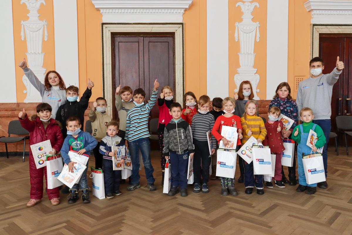 Активисты проекта «Волонтёр» провели развлекательную программу для детей Алчевска