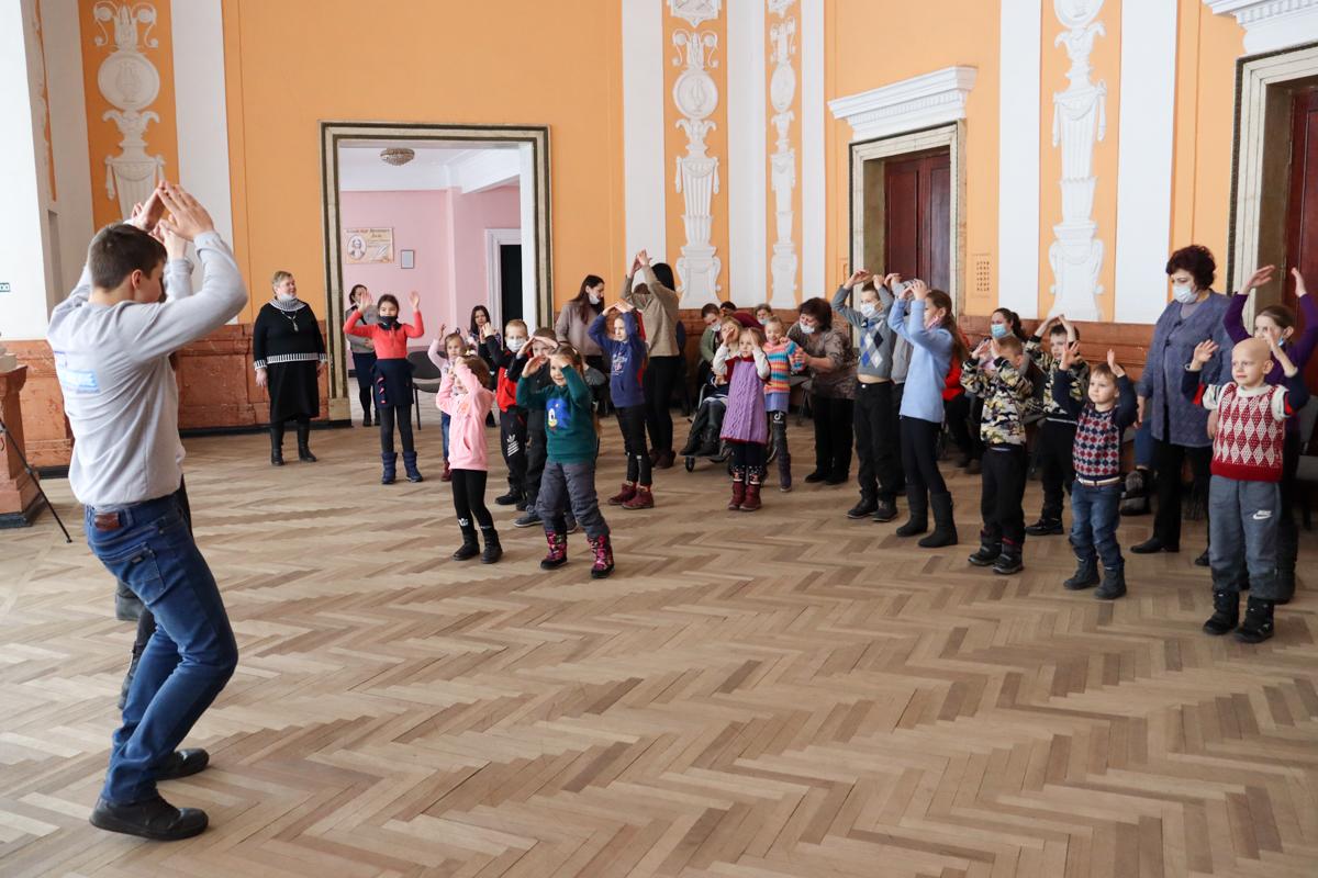 Развлекательную программу для детей Алчевска провели активисты проекта «Волонтёр»