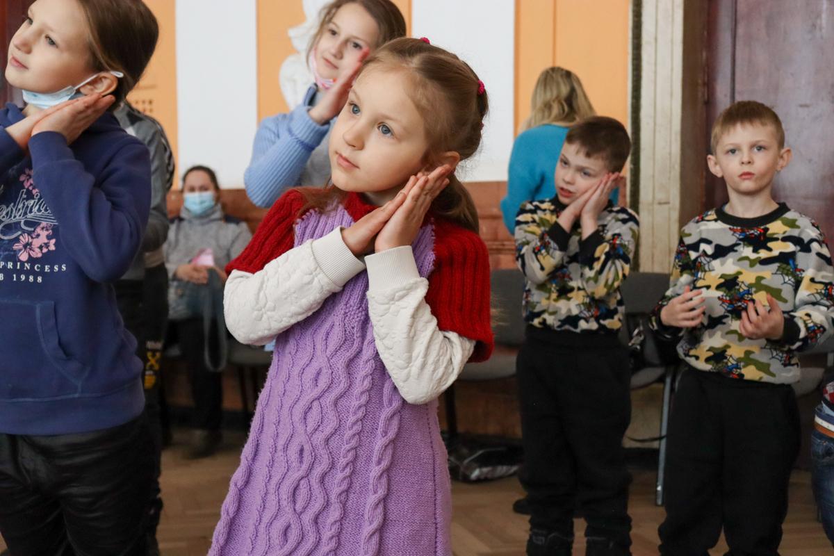 Развлекательную программу для детей Алчевска провели активисты проекта «Волонтёр» 3