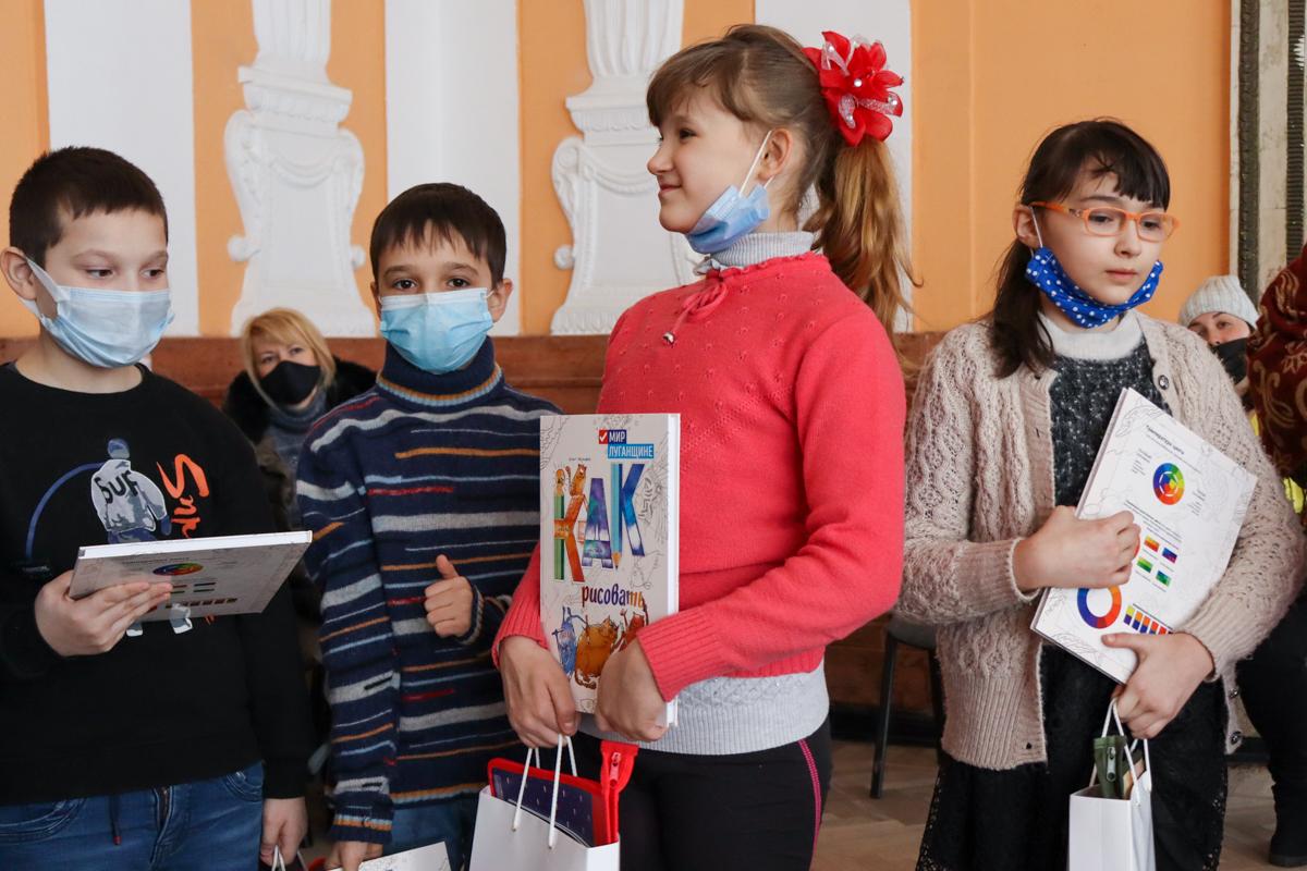 Развлекательную программу для детей Алчевска провели активисты проекта «Волонтёр» 2