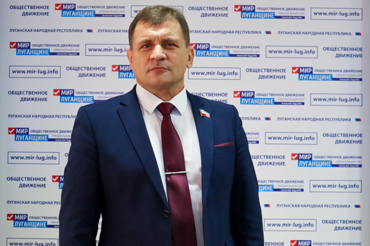 Роман Лысенко содействовал выполнению ремонта крыльца подъезда в Алчевске 5
