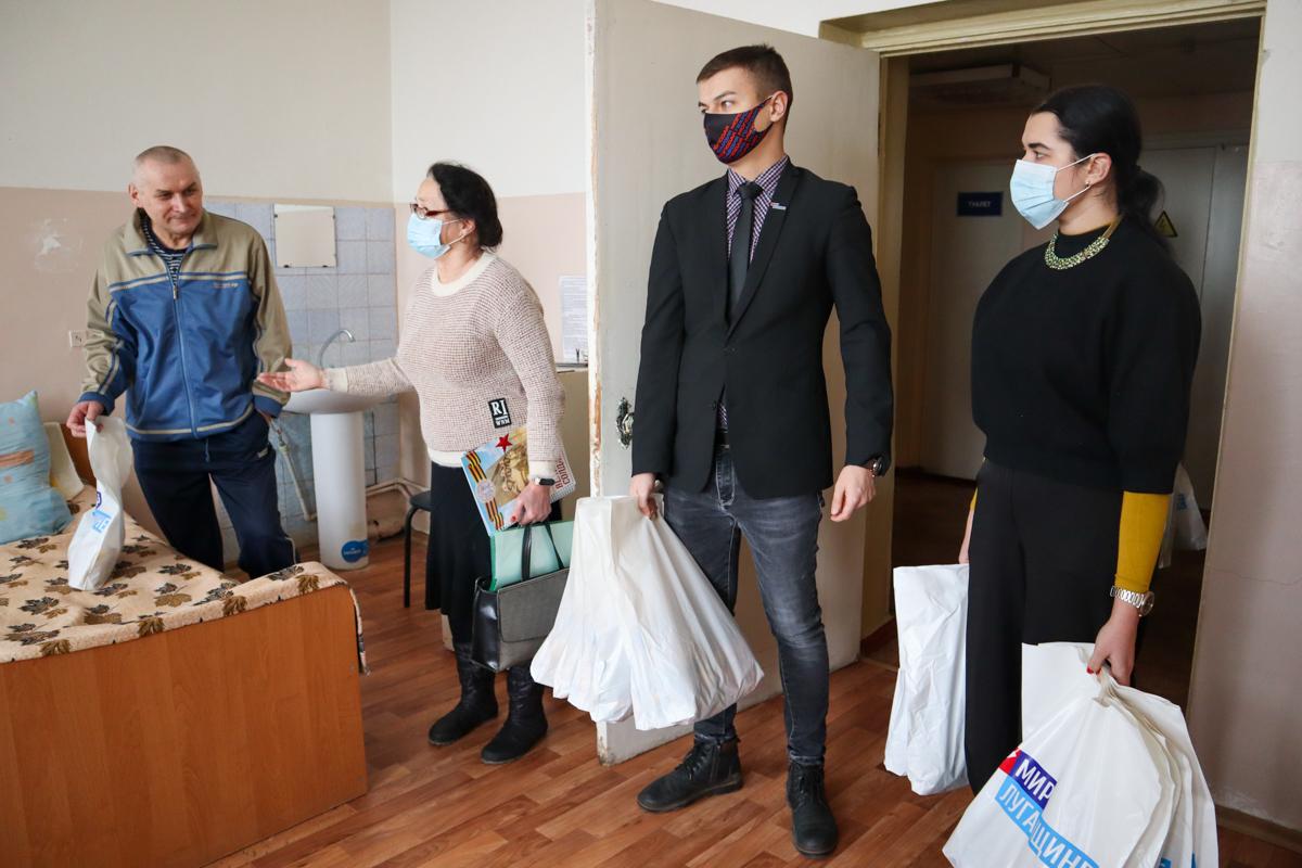 Активисты ОД «Мир Луганщине» поздравили с наступающими праздниками пациентов луганского госпиталя ветеранов войны 3