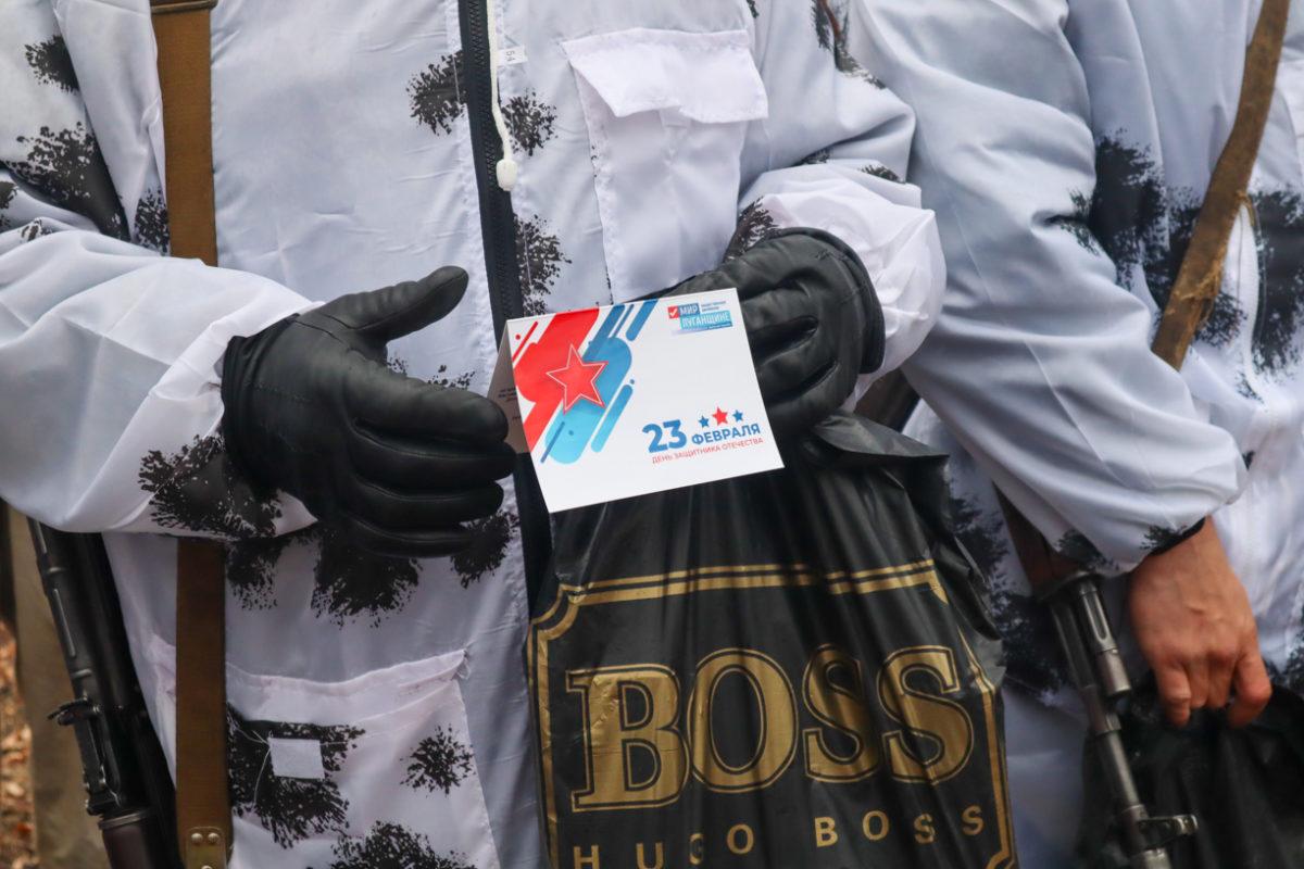 Активисты ОД «Мир Луганщине» поздравили военнослужащих Народной милиции ЛНР на передовых позициях
