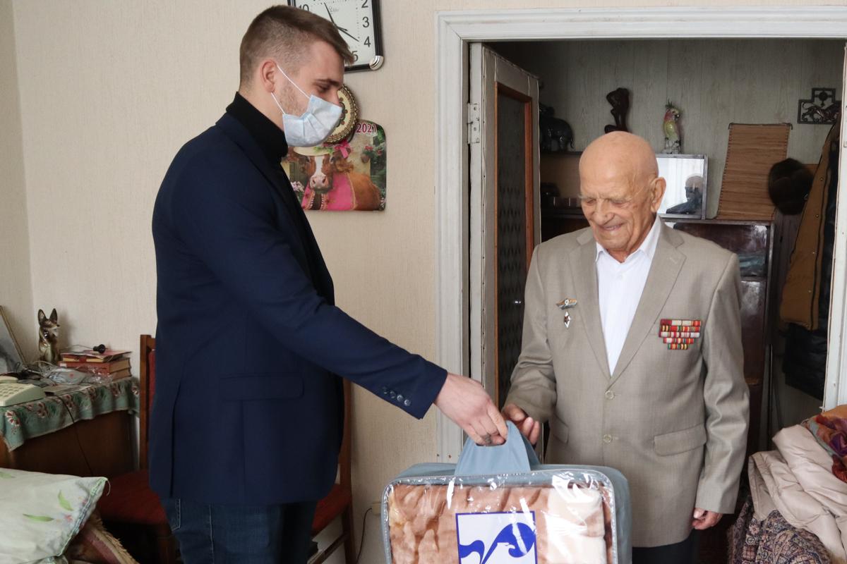 Ветерана Великой Отечественной войны поздравили с 95-летием в Луганске 2