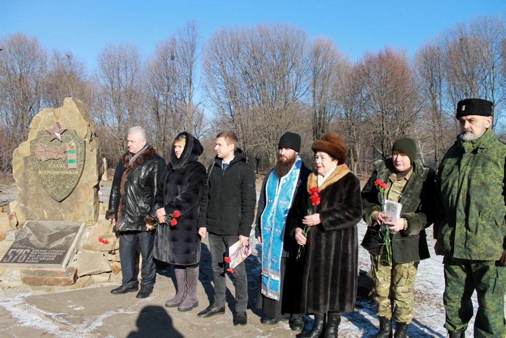 В Красном Луче у памятного знака воинам-интернационалистам состоялся митинг 2