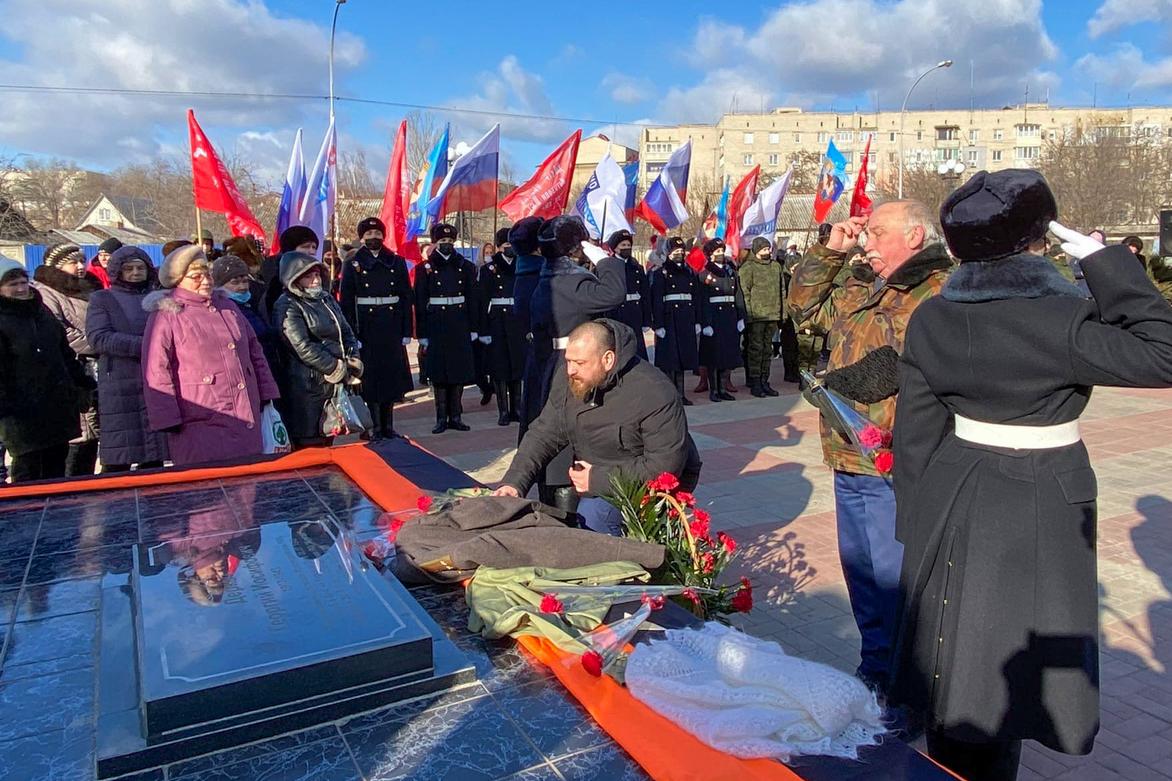 Краснодонские активисты провели митинг, приуроченный к годовщине освобождения города от немецко-фашистских захватчиков 2