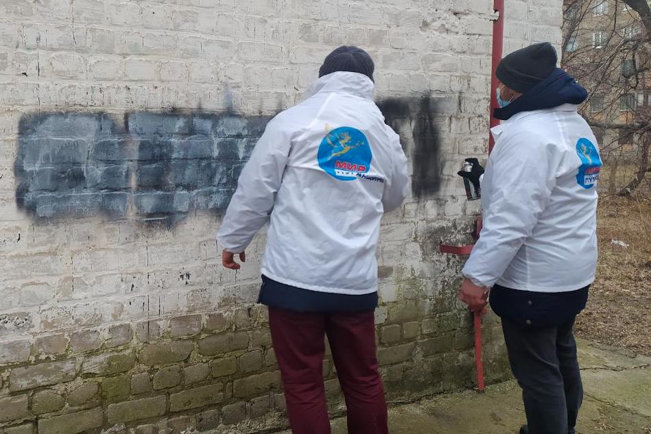 В рамках акции «Стоп наркотикам!» активисты закрасили надписи с адресами Telegram-каналов наркоторговцев в разных городах ЛНР 4