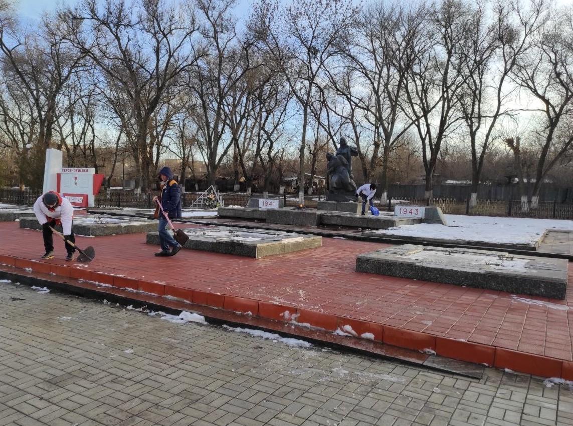 В Первомайске активисты провели субботник на площади Боевой Славы