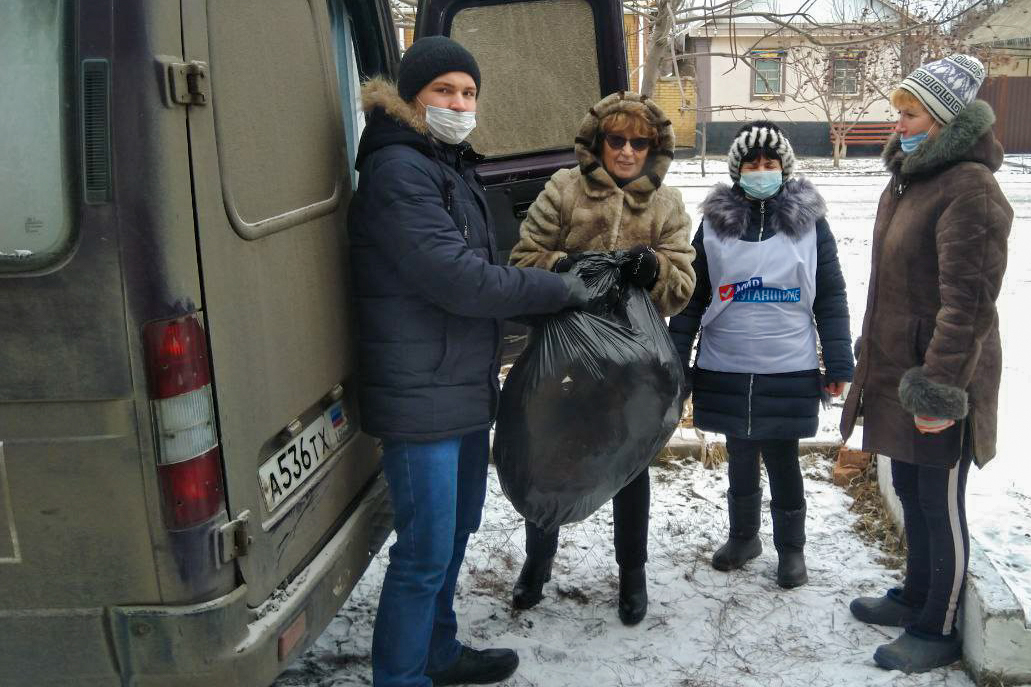 Депутат и активисты проекта «Волонтёр» передали 1500 килограммов помощи жителям Лутугинского района 3