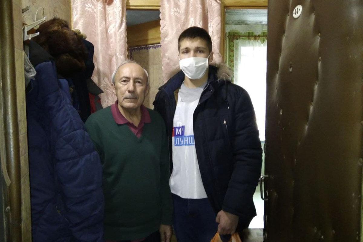 Активисты проекта «Волонтёр» передали луганчанам ежемесячную помощь от ЛЭМЗ