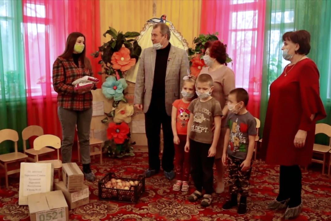 Депутат Юрий Юров и активисты проекта «Волонтёр» передали подарки в детский сад посёлка Червоногвардейское