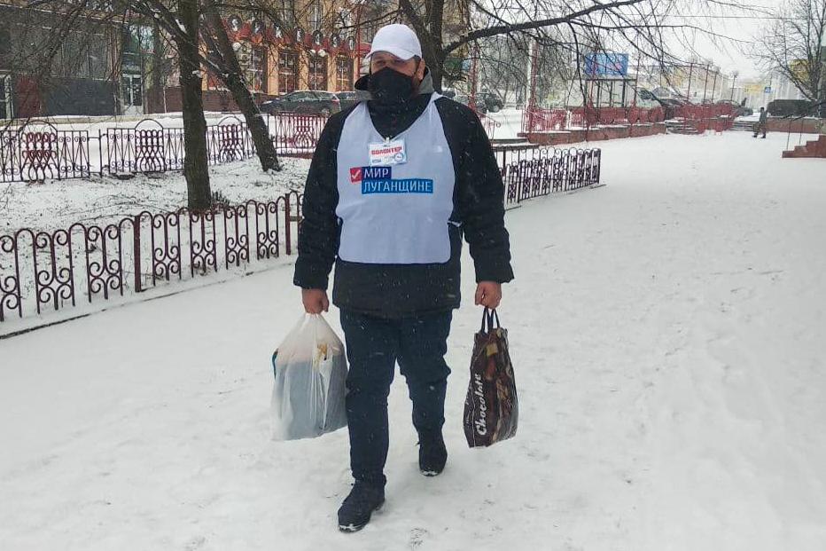 Волонтёры Стаханова помогли двум жителям города, которые находятся на самоизоляции