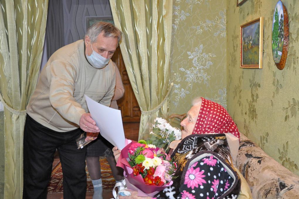 Представители ОД «Мир Луганщине» поздравили со 100-летним юбилеем жительницу Стаханова 2