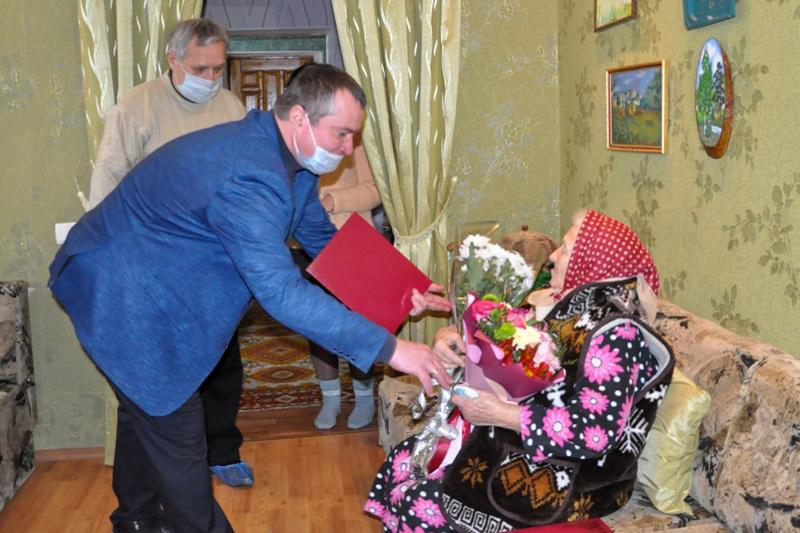 Представители ОД «Мир Луганщине» поздравили со 100-летним юбилеем жительницу Стаханова