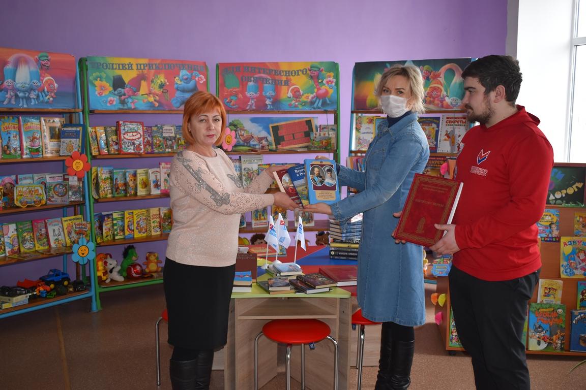 В Брянке активисты передали книги детской библиотеке