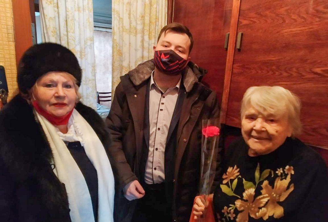 В Свердловске активисты поздравили ветеранов с Международным женским днём