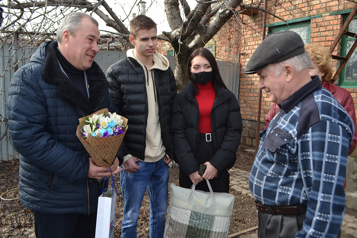 Депутат и активисты «ОД Мир Луганщине» поздравили пенсионера-героя, который в 2015 году подорвал солдат ВСУ 3