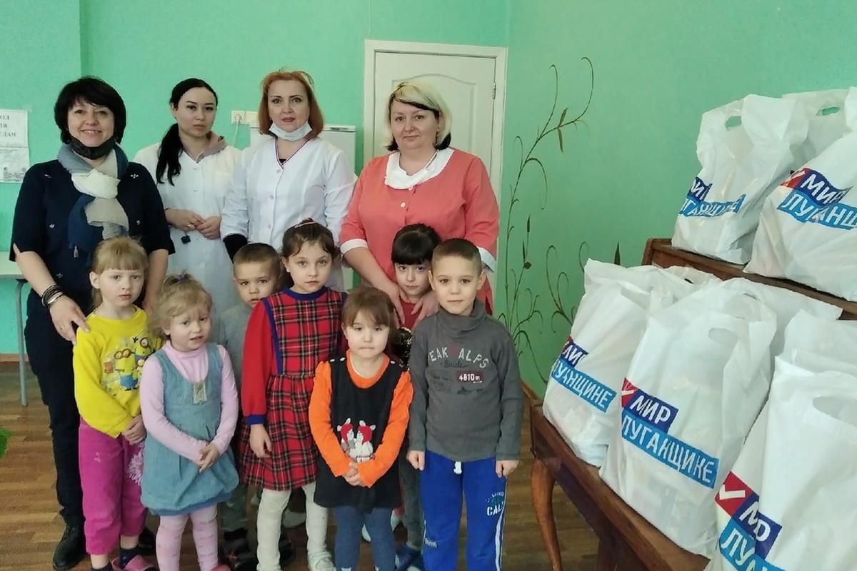 Дети в Луганской республиканской детской туберкулезной больнице получили в подарок канцелярию и настольные игры