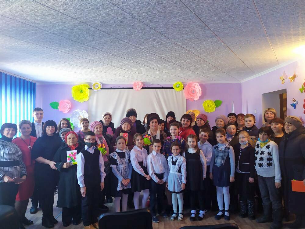 Жительниц посёлка Центральный поздравили с Международным женским днём