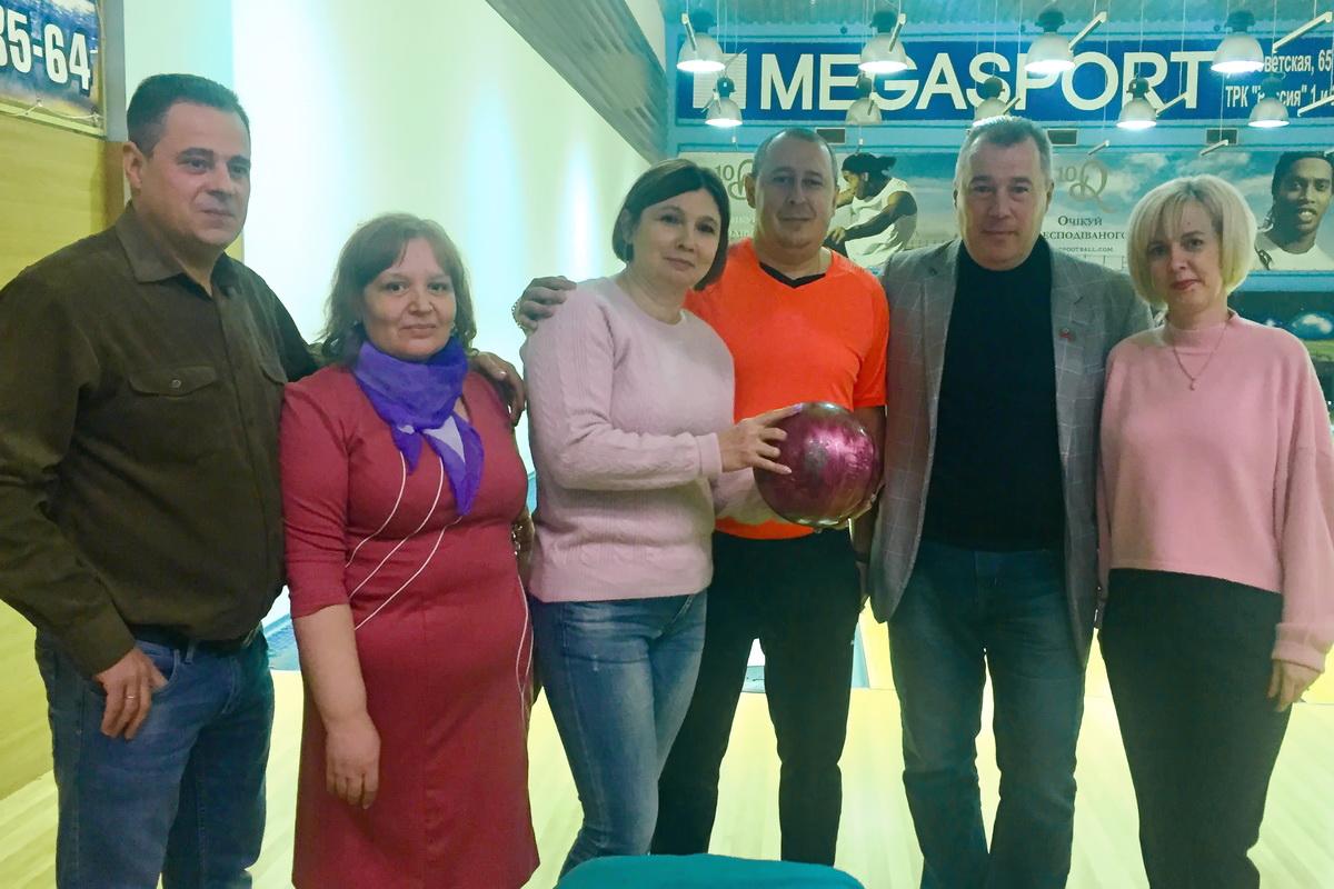 Депутат Юрий Юров устроил для луганских педагогов турнир по боулингу