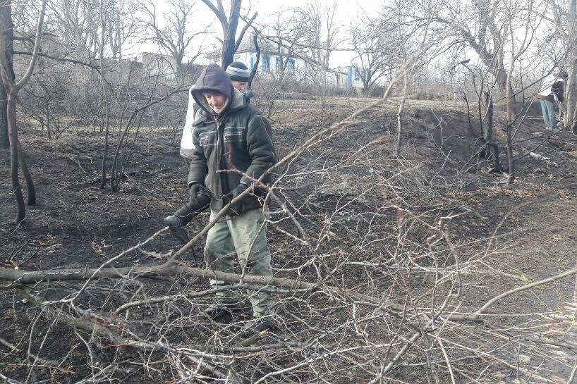 Активисты Красного Луча провели субботник на кладбище в посёлке Хрустальное