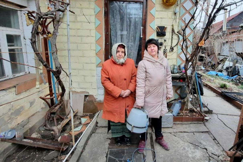 В рамках акции «Начни с себя» работники и активисты ОД «Мир Луганщине» помогли 13 жителям ЛНР
