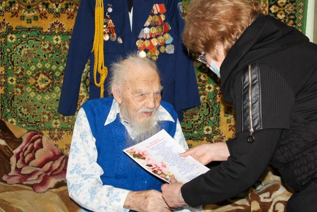 Алчевские активисты поздравили ветерана Великой Отечественной войны с 95-летием
