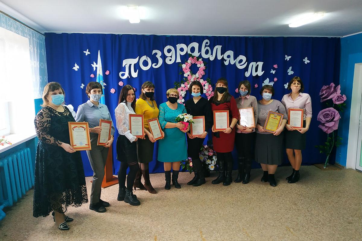 В Новосветловке поздравили женщин с наступающим праздником